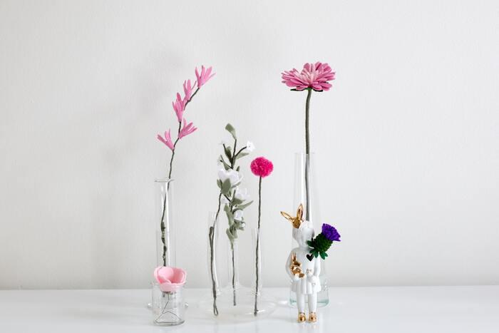 まずはひとつの花瓶に、「1種類のお花」で飾ってみましょう。 いくつも並べてみることで、その空間が特別なものになるからフシギです。