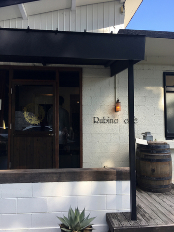 「Rubino cafe」は、ブロック造りの古民家をリノベーションした隠れ家的なお店。料理の美味しさはもちろん、その雰囲気の良さも評判です。