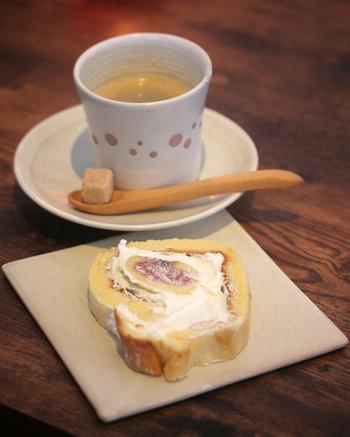 「無花果のロールケーキ」は、ふんわりとした生地とクリームが上品な味わいです。他にも抹茶パウンドなどもあるので、食後やカフェタイムにコーヒーと一緒にどうぞ。