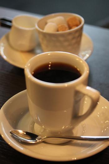 訪れたらぜひ注文したいのが、挽きたての豆を丁寧に淹れるお店自慢のコーヒー。定番は、オリジナルブレンドと今月のおすすめドリップコーヒーの2種類。味はもちろん、お手頃値段もうれしい一杯です。