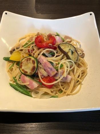 軽食メニューも提供しています。旬の野菜をふんだんに使った「季節野菜のオリーブオイルスパゲティ」はサラダ付き。他には、ナポリタンや野菜とほぐし肉のカレー、クロックムッシュサンドセットなどがあります。