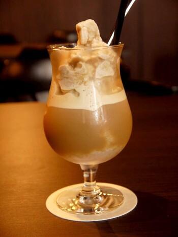 カプチーノを凍らせて作る「カプチーノスムージー」は、コーヒー店ならではのデザート感覚でいただけるドリンクです。