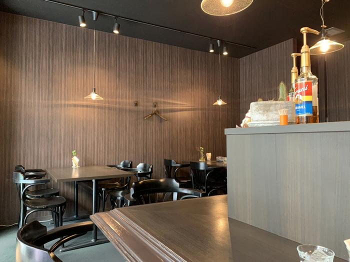 シックでモダンな雰囲気の店内。ダークブラウンの木目や照明の灯かりなど、喫茶店のようにゆったり落ち着いてくつろげる空間です。