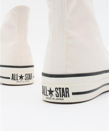 オールスターにアメリカ製と日本製があるのをご存じでしたか?日本製はアッパーの素材が上質で、履き心地や耐久性を高めて作られています。デザインも先端がスリムでスッキリと見えます。