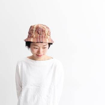 2003年に、岡山県倉敷市を拠点に立ち上げられた防止工場の「DECHO(デコー)」。チェックの綿麻素材を使用したコットンハットは、ドライなタッチでこれからの季節にもぴったりなアイテムです。ハンドメイドならではの温もりを感じられる、カジュアルな帽子ですね。