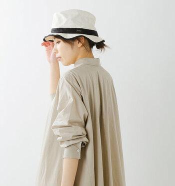 1930年にフランスで誕生したマリンTシャツのブランド「ORCIVAL(オーシバル)」。白地のキャンバスハットに、黒のテープを合わせてモノトーンにデザインしたアイテムです。シワ加工が施されているのが特徴で、被るだけでこなれ感たっぷりな印象に♪