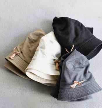 岡山県倉敷美観地区にお店を構える、「Chapeaugraphy(シャポーグラフィー)」のコットンハット。爽やかで丈夫なコットンリネンを使って、ソフトな印象に仕上げているのがポイントです。柔らかな素材なので、いつでも使えるように畳んでバッグに忍ばせておくのもいいですね。