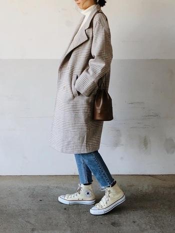 重たくなりがちな冬のコーデも、足元のハイカットの白いスニーカーならこんなに明るく。軽やかで春先に取り入れたい。