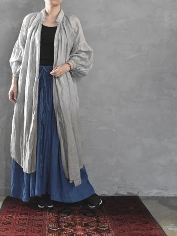 黒のトップスにブルーのスカートを合わせた、シックなカラーリングのコーディネート。薄いグレーのシャツワンピースを上から羽織って、大人っぽさ抜群の着こなしにまとめています。おうちで過ごすラフな服装も、シャツワンピースをサッと羽織れば、お出かけコーデに早変わり♪
