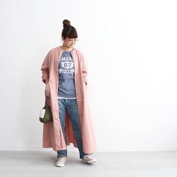青のロゴTシャツとデニムパンツを合わせたボーイッシュな着こなしに、ピンクのシャツワンピースを羽織って女性らしさをアップ。スニーカーや巾着バッグでとことんカジュアルにまとめたデイリーコーデを、春夏にぴったりなカラーのシャツワンピースでアップデートしています。