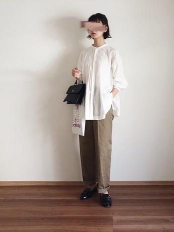 黒のミニサイズハンドバッグに、白のトートバッグを合わせて2個持ちしているコーディネート。白ブラウス×ワイドパンツのナチュラルコーデに、トートバッグで程よい抜け感をプラスしています。足元はローファーで、ハンドバッグと色を合わせて大人っぽさのアピールにも◎。