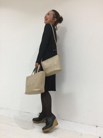 「agnès b.(アニエスベー)」のショルダーバッグとトートバッグを合わせた2個持ちコーデ。全体を黒でまとめて、ベーシックなベージュのバッグを主役に魅せるスタイリングです。同デザインのバッグを揃えれば、2個持ちで着こなしがチグハグになってしまう心配もありませんね♪