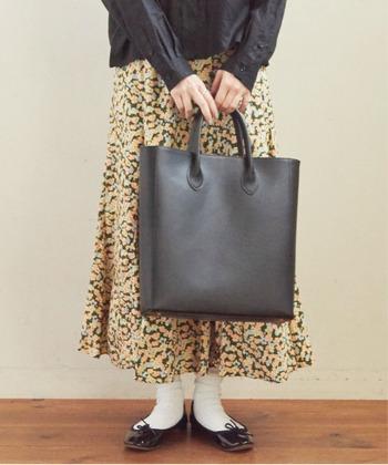 レザー素材の大きめトートバッグは、荷物が多くなりそうな日にもおすすめ。小さめのショルダーバッグと合わせれば、上品な2個持ちスタイルが楽しめます。通勤用としても使えるシンプルデザインで、さまざまなシーンで活躍してくれます。
