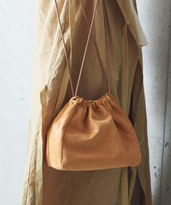 巾着型のショルダーバッグは、トレンド感たっぷりな着こなしを手軽に演出できる優秀アイテム。細めの紐で女性らしさを演出できるので、どんなスタイリングにも合わせやすいのがポイントです。トートバッグやハンドバッグと合わせる2個持ちスタイルにおすすめ♪
