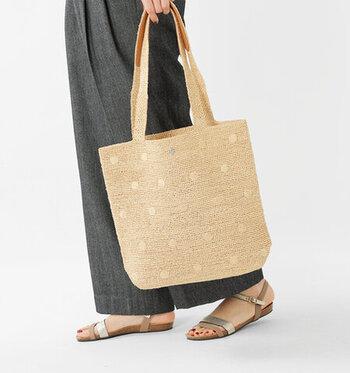 季節感たっぷりなラフィアバッグも、2個持ちコーデにはおすすめのアイテム。リュックやボディバッグなど、カジュアルな印象のアイテムと合わせるとスタイリングに馴染みます。よく見ると薄くドット柄がデザインされているのが、とってもキュートですよね♪