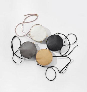 目覚まし時計をイメージしたデザインが、とってもキュートなレザー素材のミニショルダー。ころんと丸い形は、貴重品だけを入れて手元に持つ際にも大活躍してくれます。そのほかの荷物を大きめのトートバッグなどに入れれば、大人っぽさ抜群の2個持ちコーデに。