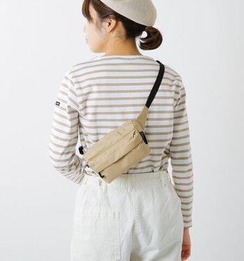 スクエア型でミニマルなシルエットが魅力的なウエストバッグ。フロント掛けはもちろん、あえてバックスタイルで身に着けてもおしゃれにキマります。肩から掛けてしまえば両手が空くので、カジュアルなトートバッグと合わせる2個持ちスタイルにおすすめです。