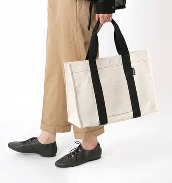 キャンバス地で作られたスクエア型のトートバッグは、シンプルでコーディネートや用途を選ばずに合わせられるアイテム。B4まで対応可能な大きさで、荷物が多い日にも安心して持ち歩きが可能です。リュックやショルダーバッグなど、どんなバッグと合わせても違和感が生まれにくいデザインが魅力ですね。