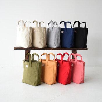 軽くて丈夫なコットンキャンバス地を採用した、ほどよいサイズ感のトートバッグ。ストラップが付属しているので、ショルダーバッグとしても使える2way仕様です。トートバッグの2個持ちや、ショルダーとトートバッグなど、さまざまなスタイルで楽しめるアイテム。全9色の豊富なカラー展開で、好みの色を選べます。