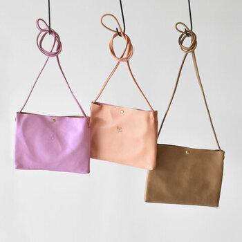 一枚革で仕上げた、スタイリッシュなデザインのショルダーバッグです。女性らしいカラーリングが揃っているので、コーデに取り入れるだけでレディライクな雰囲気に。ミニショルダー×大きめショルダーの2個持ちスタイルにも、大活躍してくれるサイズ感です。