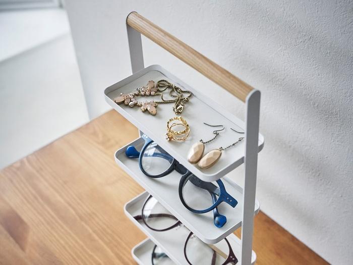 横長のアクセサリートレイが、縦に4段並んだ収納グッズです。トレイにピアスやネックレスを乗せられるだけでなく、メガネも一緒に収納できるのが特徴。木製のハンドル部分には、時計を巻きつけて収納するのもおすすめです。