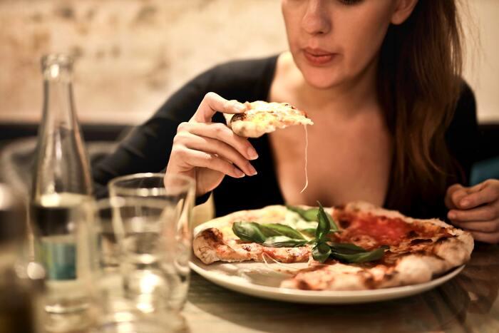 そんなに食べ過ぎていないのに、なんだか腰回りがもたつく…という場合は、食事の質に原因があるかもしれません。脂っぽい食事や偏ったメニューだと代謝が悪くなり、脂肪を溜め込みやすい体になりかねません。