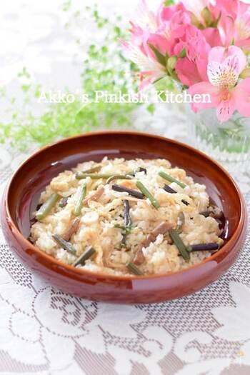 日常では採れたての山菜を口にすることは難しいので、山菜の水煮を使っておこわを作ってみましょう。炊飯器を使って調味料と一緒に炊き込むだけなので、とても簡単ですよ。