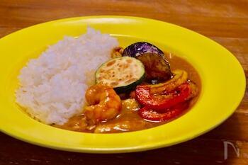 夏野菜をたっぷり使ったスパイシーなカレーは王道ですが、このレシピは海老だしを使っているところが特徴的。海老だしといっても、炒めて煮るだけなので簡単ながらも口いっぱいに風味が広がるカレーです。