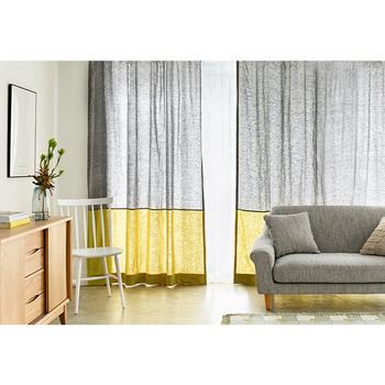 リトアニアリネンの風合いが素敵なカーテンは、さりげない2トーンカラー。差し色のイエローが、春らしくて素敵です。