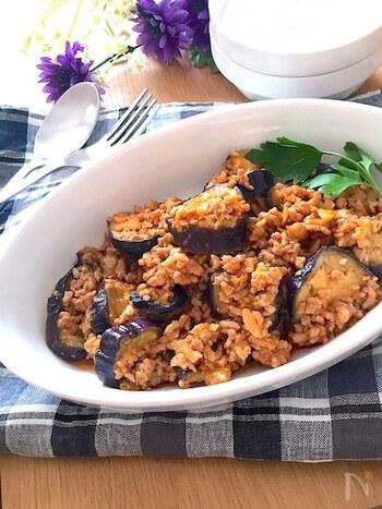 茄子は油と好相性ですが、その分カロリーアップにも繋がってしまいます。このレシピでは、アク抜き後にレンジで温めることで余計な油分を吸収することなく作ることができますよ。