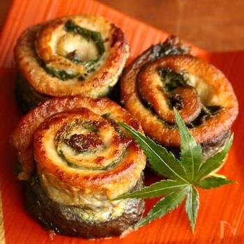 塩焼きで食べる秋刀魚も旬の楽しみ方ではありますが、おつまみやお弁当にも合う大葉巻きもおすすめです。ガーリックをたっぷりと使うので食欲が刺激され、すだちや大葉の香りも楽しめる一品です。