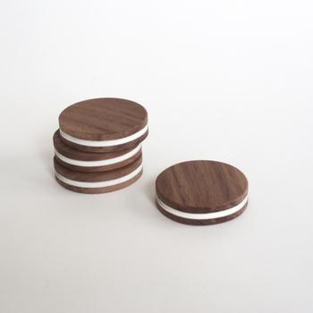 木目を生かしたクッキーのオブジェです。木ならではの優しい質感や手触りがユニークで面白い。