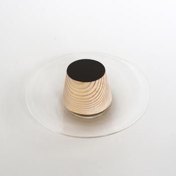 まるでプリンのような色合いに木目が入って不思議な感覚!思わずお皿に置いてディスプレイしたくなります。