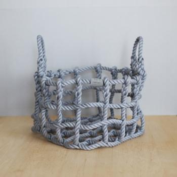 ロープで作られたカゴは、どうして自立しているのか気になってくる。自由な形に変形できて、雑貨やリネンを収納するのに役立ちそう。