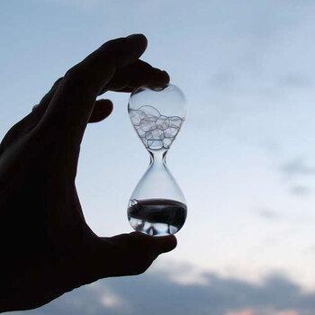 コポコポと生まれる泡を楽しむ、砂時計ならぬ泡時計です。生まれては消える泡の表情をゆったりとした気持ちで見守りたい。
