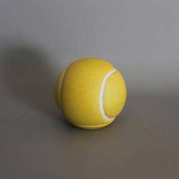 色も形もまるでテニスボール。でも実は陶器で出来た小物入れ何です。