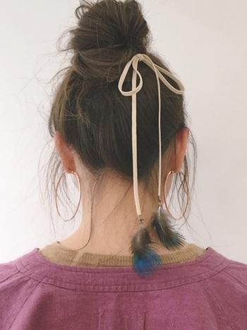 ラフにお団子をつくったら、ぐるりと紐を巻きつけ長めに垂らしたら完成。シンプルなお団子アレンジをフェザーのヘアアクセでセンスアップ!お手軽ながら存在感あるおしゃれなアレンジは、ぜひマネしたいですね♪