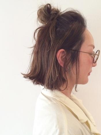 耳上の髪の毛と前髪を高めでまとめてお団子にアレンジ。前髪部分は少しボリュームを持たせることで、こなれ感がアップします。毛先をあえて最後までお団子に巻きつけず、垂らして動きを出すことで、ゆるりと優しい雰囲気になります。
