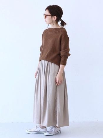 ボートネックのライン沿いにケーブル編みのデザインが入ったニットセーター。ナチュラルな可愛さがあるので、スカートと合わせると女性らしい柔らかなコーデに仕上がります。