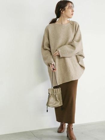 ゆったりとしたシルエットのドルマンニットは、肩幅が気になる方でも、女性らしい華奢な印象に。ブラウンカラーで統一した着こなしは、秋冬らしいシックさが漂います。