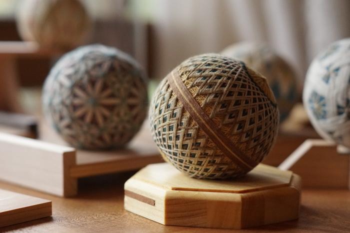 香川県に伝わる「讃岐かがり手まり」は、心地よい木綿の糸で幾何学模様をアレンジして作られた郷土玩具です。江戸時代、讃岐では木綿が、塩、砂糖とともに「讃岐三白」として名産品になっていました。草木を使って木綿を染め、鮮やかな色あいの手まりを作っていましたが、明治にはゴムまりが輸入されるようになり、一時、その伝統は途絶えてしまいました。