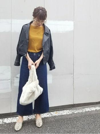 無地のシンプルなボートネックTシャツ。華やかなカラーを秋冬インナーとして使えば、無骨な表情のレザージャケットのアウターも、女性らしいコーデに見せることができます。