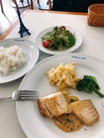 元フランス料理のシェフが作るランチも本格的と評判です。こちらは本日の料理の「鯛のポワレ」。カジュアルな雰囲気の中ゆったりいただきましょう。