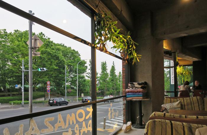 大きな窓からは公園が一望できます。ソファ席もあるので、ゆっくり過ごしたい日にもぴったりです。