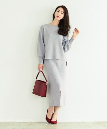 カジュアルなリブニット素材のセットアップスタイルですが、エレガントなバッグとパンプスでパーティーシーンにもマッチする着こなしに。小物で華やかな色をプラスするだけで、一気にドレスアップします。