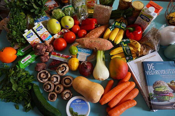 宅配食材は、スーパーで買うよりは割高ですが、コスパが良くなるコツがあります。特についつい無駄遣いをしてしまうひとに有効ですよ。宅配食材以外では食材は買わないと決め、献立キットのコースなどですべてまかなう様にすると、買い物に行く度におやつを買ってしまったり、余計なものを買う機会がなくなるので、結果的に節約につながります。