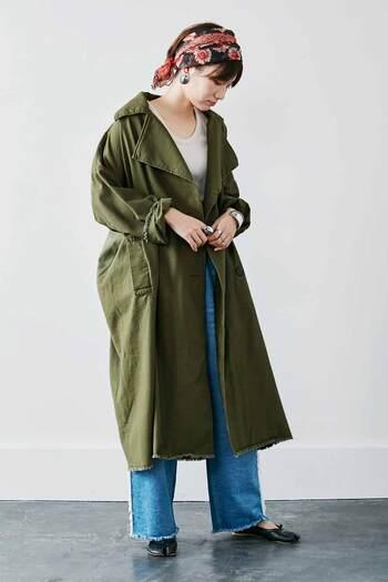 ワークジャケットと非常に似ている作りですが、ミリタリーコートは米軍の制服やコートを模したデザインで、力強い生地感とデザインが特徴のアウター。自然に馴染むようなカーキカラーやベージュカラーが使われており、カジュアルで男前なコーディネート作りにもってこいです。