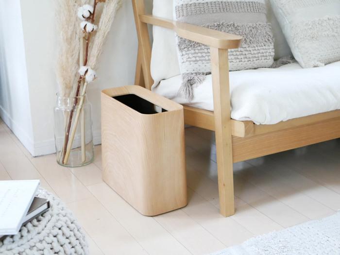 生活感の出やすいゴミ箱は、おしゃれなお部屋づくりにぜひ注目していただきたいポイントです。 「TUBELOR Hi-GRANDE(チューブラーハイグランデ)」のゴミ箱は、温かみのある木目プリントと、角が丸い可愛らしいフォルムが、ナチュラルなインテリアとマッチして穏やかな雰囲気を作り出します。木目がプリントであることで、水拭きも可能なのが嬉しいですね。  また、内箱とカバーの2つのパーツで構成されていて、カバーをすることでゴミ袋を隠せるというこだわりのデザインも魅力です。置いておくと便利なソファ横といった目立つ場所に置いても、すっと馴染んで活躍してくれますよ。