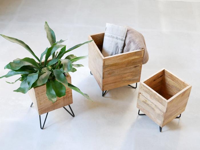 グリーンやお花で、お部屋を華やかに飾れるキューブポットスタンド。天然木ならではの優しい風合いや木目が温かく、アイアンのスタンドが大人っぽく引き締めています。シンプルなキューブ型で、ちょっとした隙間に気軽に置けるサイズ感も魅力です。植物だけでなく、小物収納ボックスとしてもおすすめですよ。