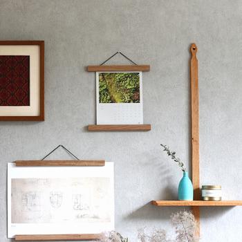 高度な手仕事で信頼ある「Creamore Mill(クレモア ミル)」の木製ポスターハンガーは、マグネットで挟むことで、大切なコレクション傷をつけること無く、まるで額縁に入っているかのように飾れます。小さいながらも、温かな木の色味が壁面にアクセントを加えてくれます。  ポスター、ポストカード、写真、柄布、大切なお手紙など、お好きなものを飾って自分らしい壁面ディスプレイをお楽しみください。